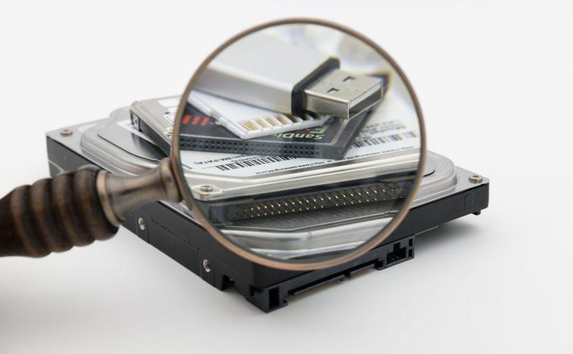 Czym dysk SSD różni się od dysku HDD?