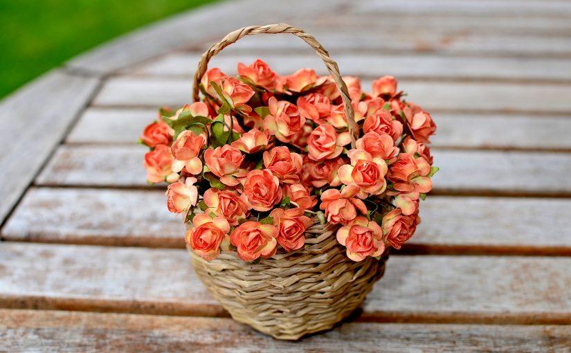 Sztuczne kwiaty – sposób na niewymagającą, przytulną i modną stylizację